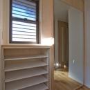 世田谷の住宅2の写真 鏡を貼った玄関収納扉
