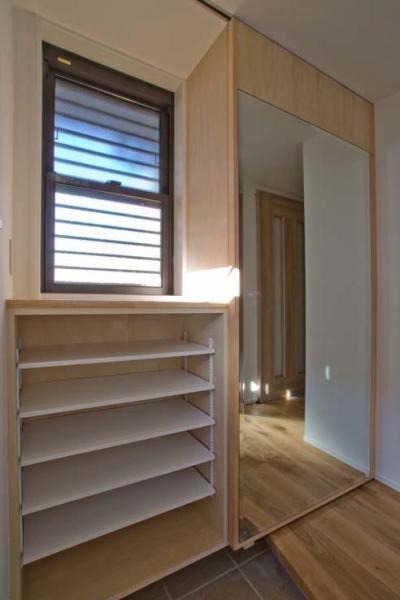 鏡を貼った玄関収納扉 (世田谷の住宅2)