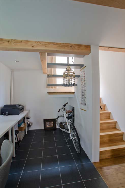 世田谷の住宅の部屋 ワークスペースから階段を見る