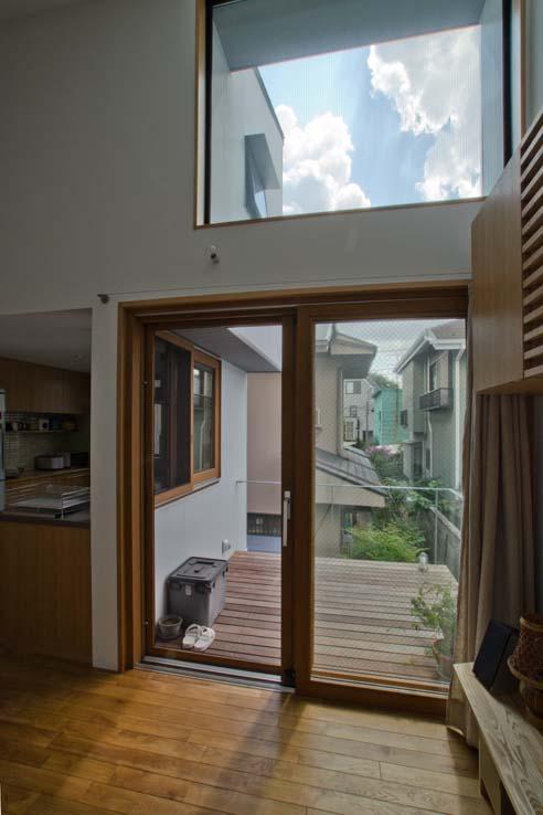 世田谷の住宅の部屋 リビングからテラスを見る