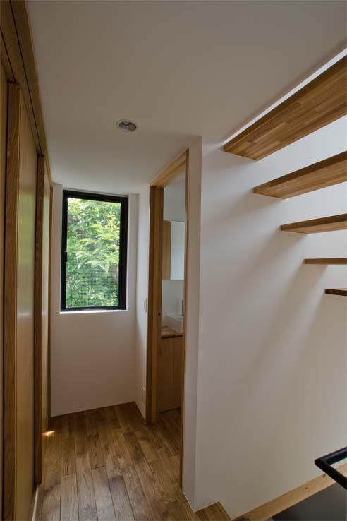 世田谷の住宅の部屋 廊下窓と合わせ室内を明るくします