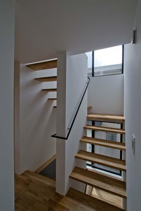 世田谷の住宅の部屋 階段上部の窓から光を取り入れます