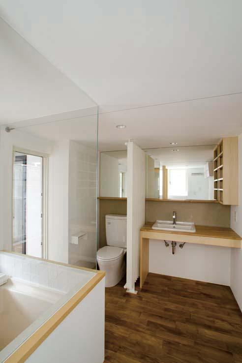 世田谷の住宅の部屋 トイレ隣は輻射暖房機