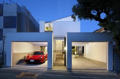 白い外観のガレージハウス (木漏れ日のプールサイドハウス)