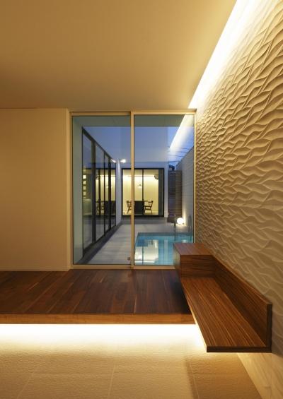 石とタイル貼りのエントランス玄関 (木漏れ日のプールサイドハウス)