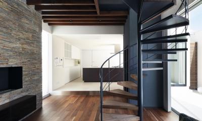 木漏れ日のプールサイドハウス (螺旋階段が美しいリビング)