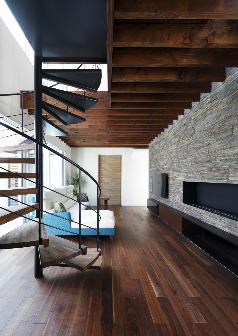 木漏れ日のプールサイドハウス (螺旋階段と暖炉のあるリビング)