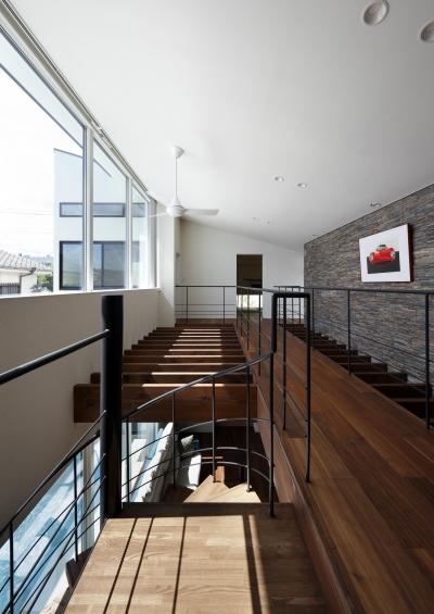 木ルーバーと吹抜のあるギャラリー空間 (木漏れ日のプールサイドハウス)