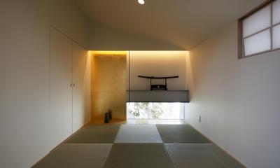 木漏れ日のプールサイドハウス (金箔貼りの違い棚のある和室)