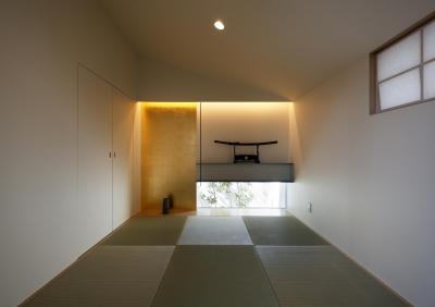 金箔貼りの違い棚のある和室 (木漏れ日のプールサイドハウス)