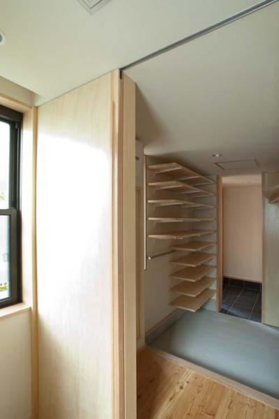 船橋の住宅 (台所から玄関収納を見る)