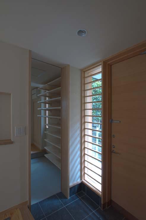船橋の住宅の写真 玄関収納入口の引戸を開けた状態