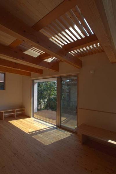 船橋の住宅 (スノコ状の2階床から上部からの光も採り入れます)
