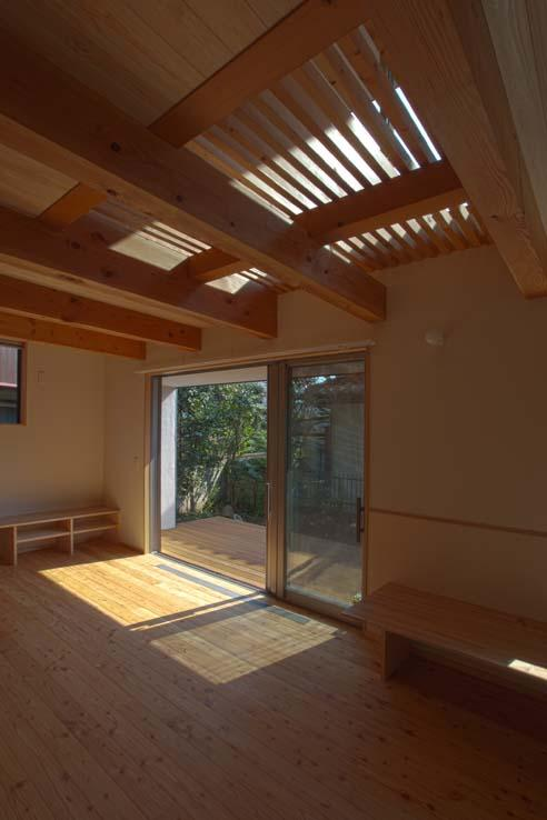 船橋の住宅の写真 スノコ状の2階床から上部からの光も採り入れます