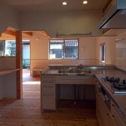 他の家具や建具と合わせた製作キッチン (船橋の住宅)