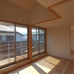 船橋の住宅 (オープンスペースからバルコニーを見る)