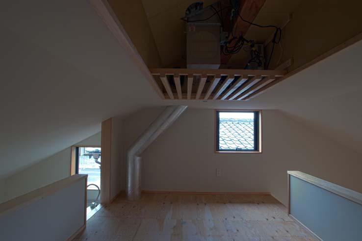 船橋の住宅 (天井ルーバーをはずした状態)