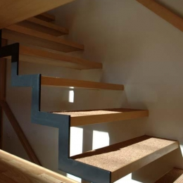 立川の住宅 (片方を鉄骨で支える製作階段)
