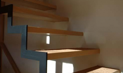 片方を鉄骨で支える製作階段|立川の住宅