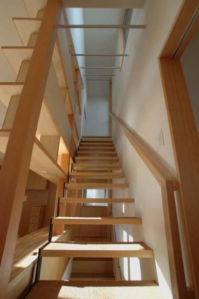屋上への階段にはハンガーパイプ (立川の住宅)