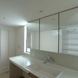 立川の住宅 (清潔感のある洗面室)