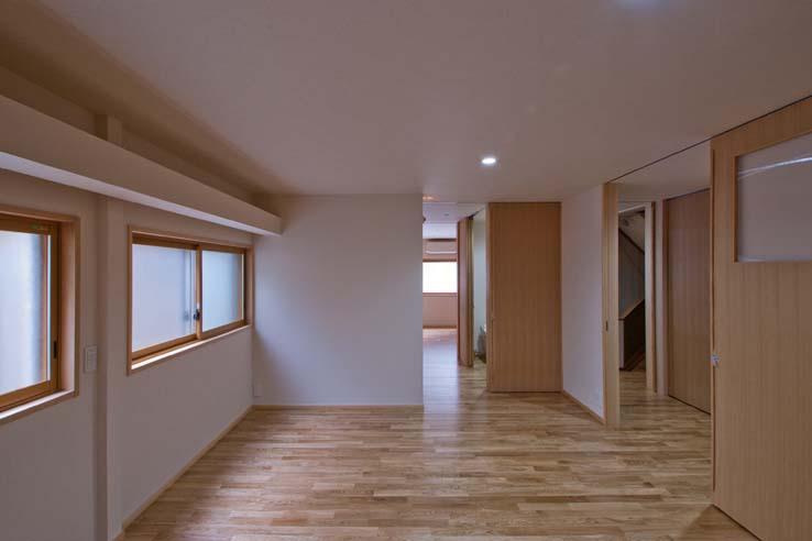 江東の住宅 (車椅子を利用しても出入できるよう大きく確保した戸)