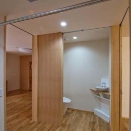 江東の住宅 (トイレ-引戸を開けた状態)