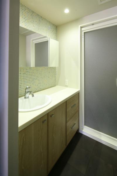 モザイクタイルで爽やかな印象の洗面台 (M邸)