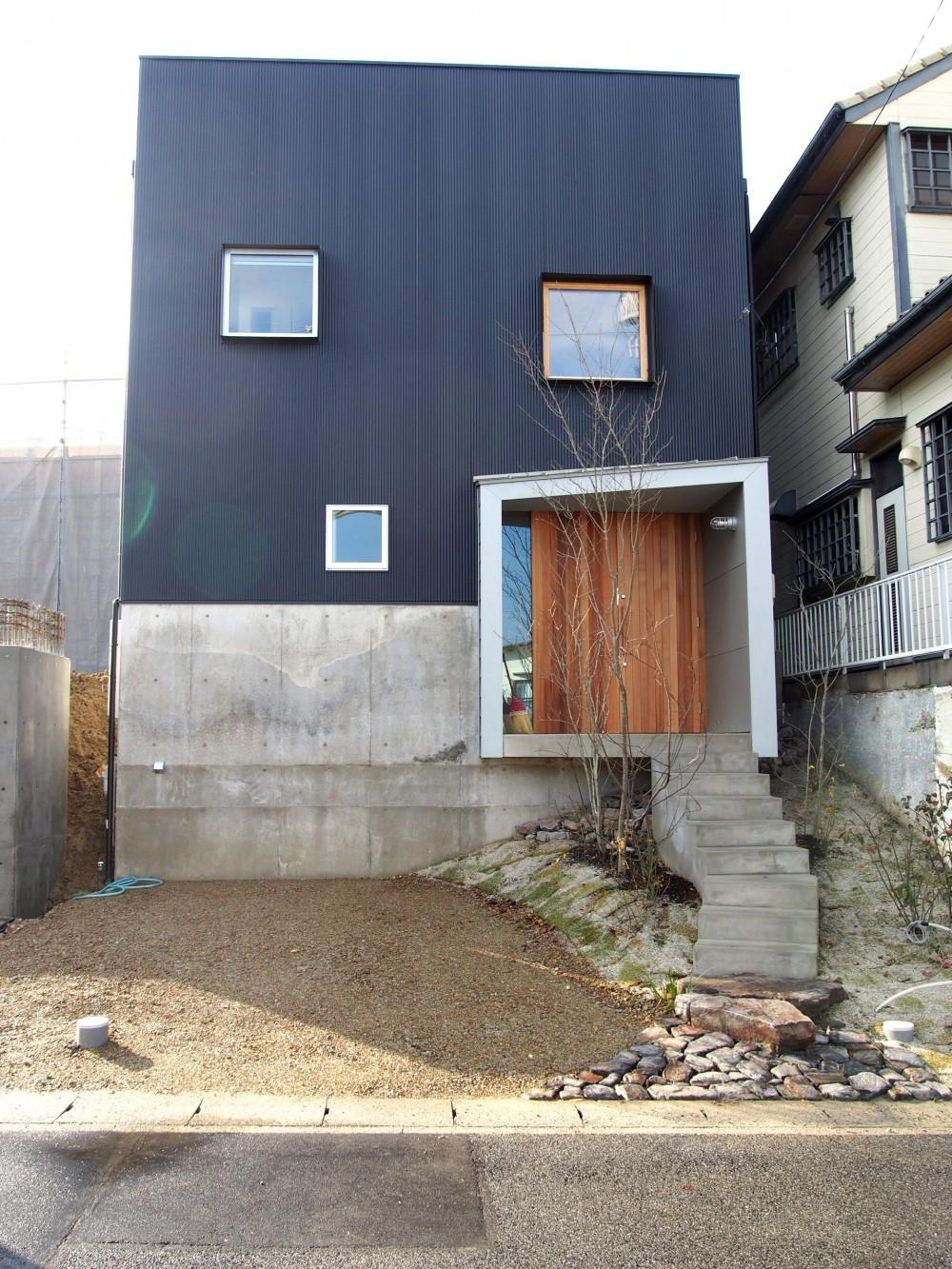 桜作の家 (崖をもつ敷地に建つ外観)