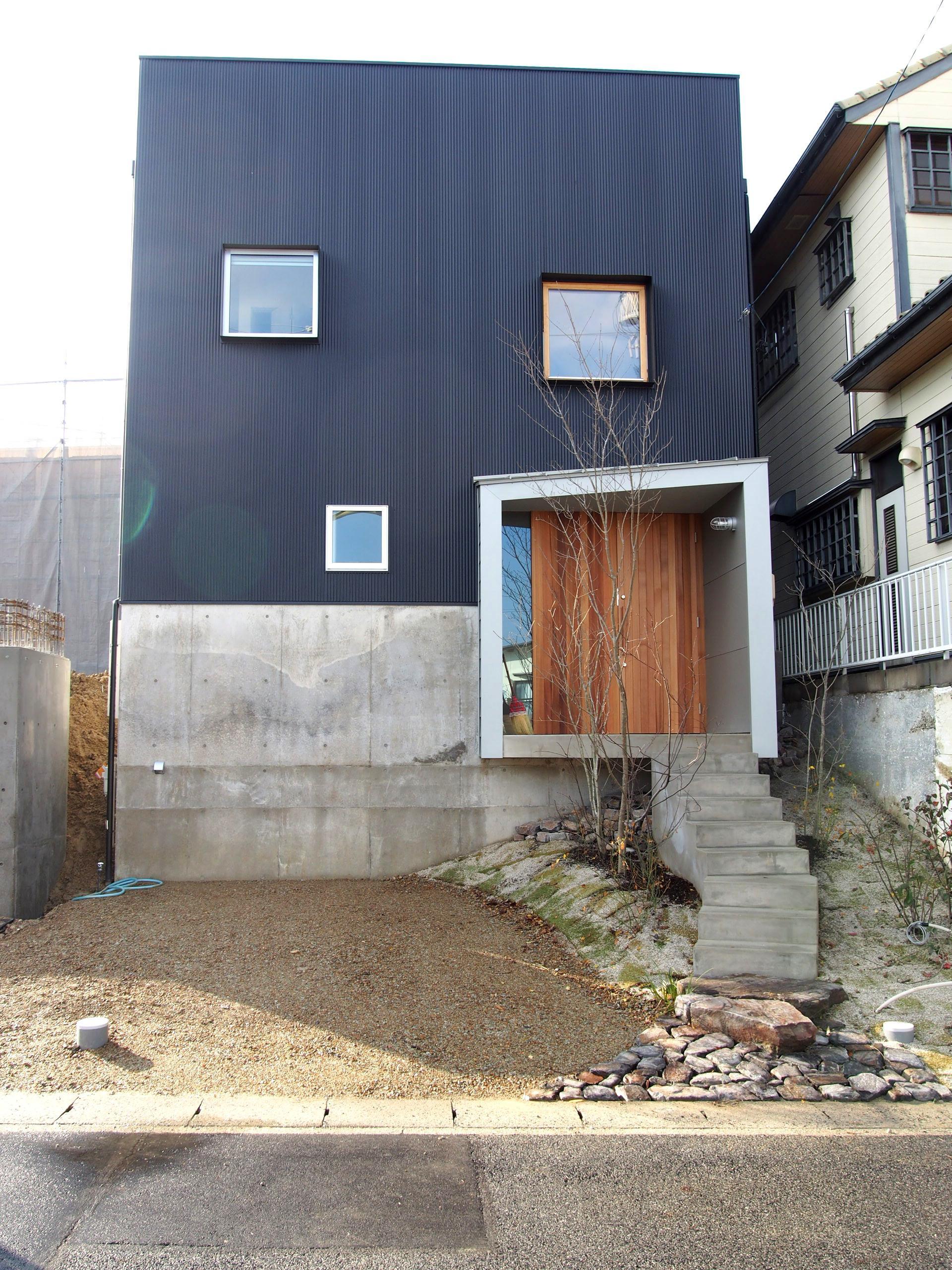 桜作の家の部屋 崖をもつ敷地に建つ外観
