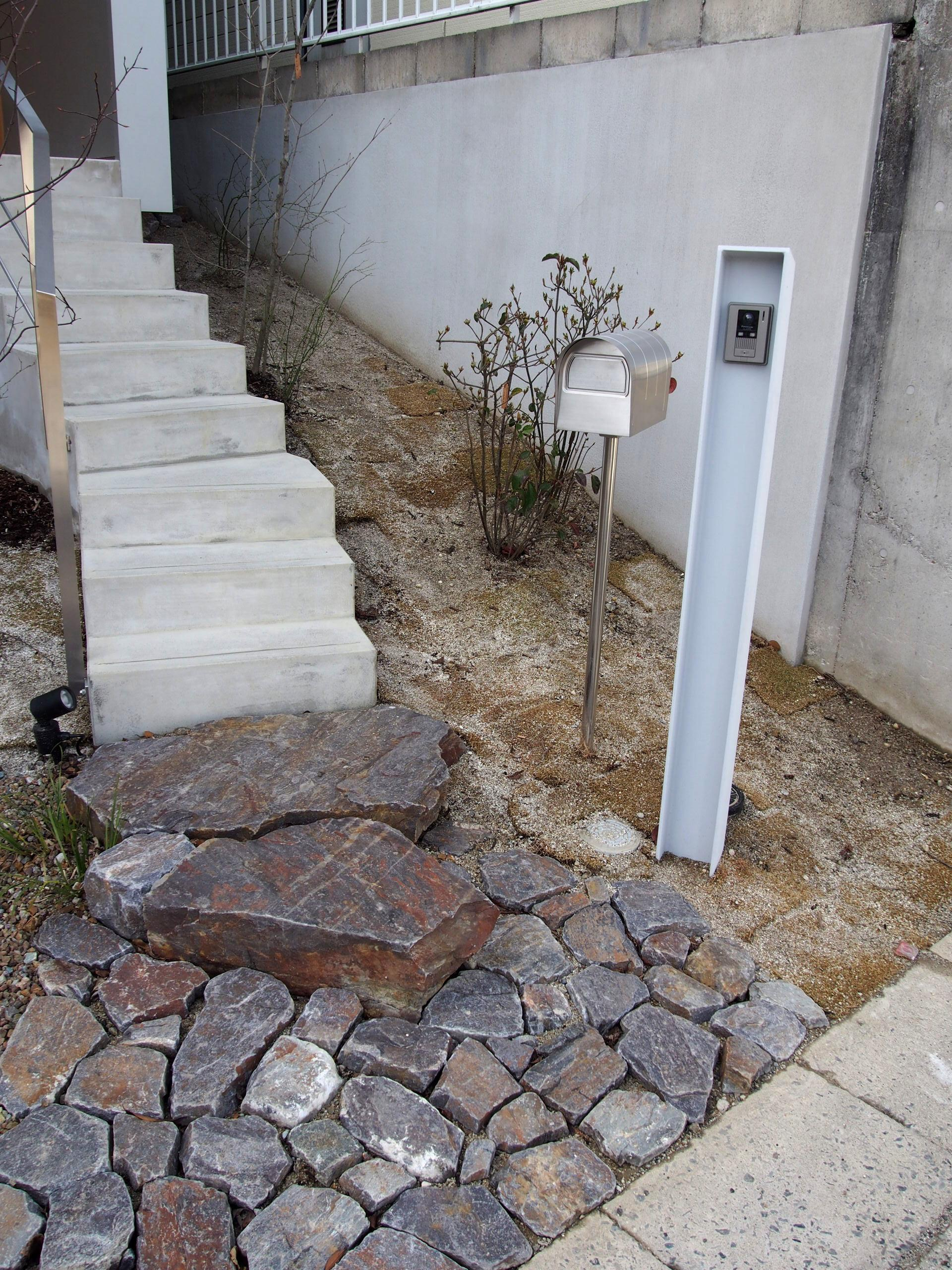 桜作の家の部屋 石畳とアプローチ階段