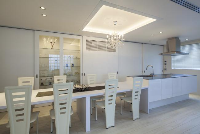 Casa C3の写真 ダイニングテーブル付きのキッチン