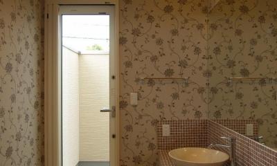 亀崎の家 (おしゃれな壁紙の洗面室)