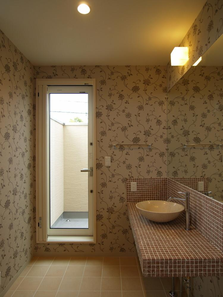 亀崎の家の写真 おしゃれな壁紙の洗面室