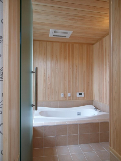 木とタイルのバスルーム (亀崎の家)