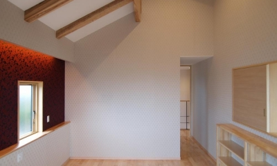 亀崎の家 (壁紙がアクセントカラーの寝室)