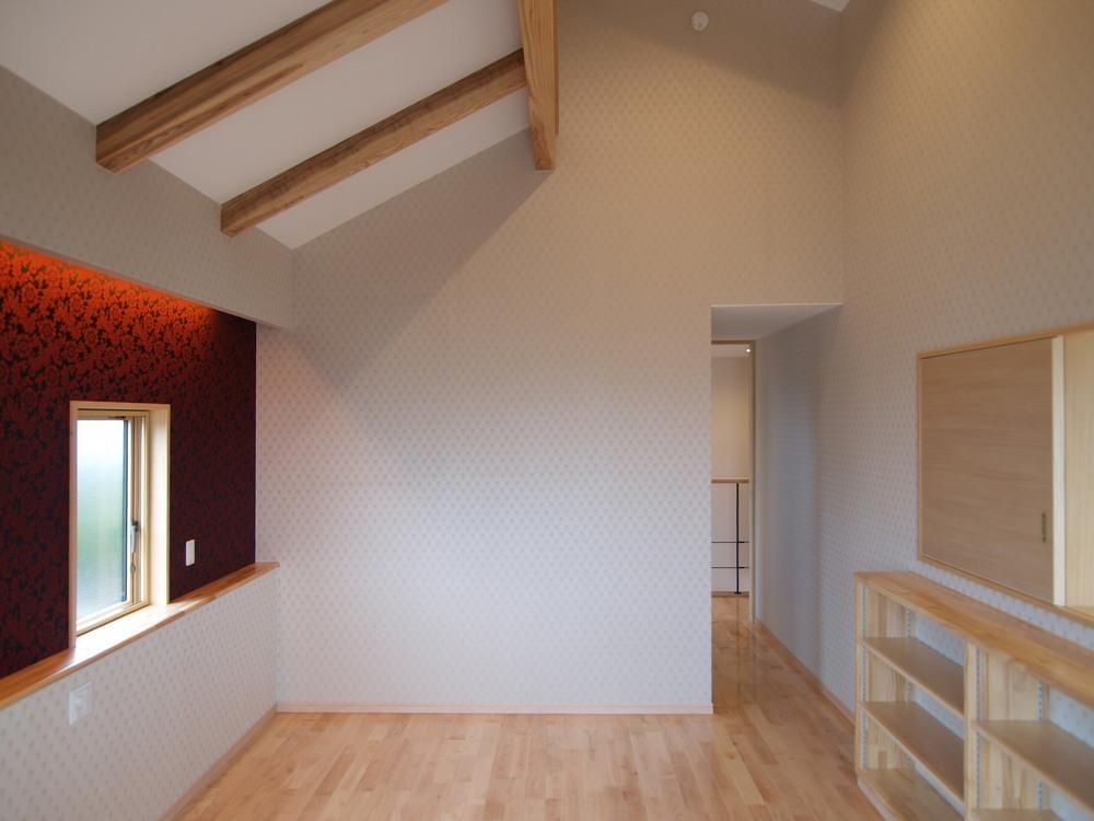 亀崎の家の写真 壁紙がアクセントカラーの寝室