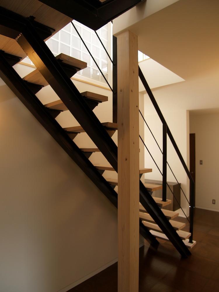 Shell-house (光が差し込むオープン型階段)