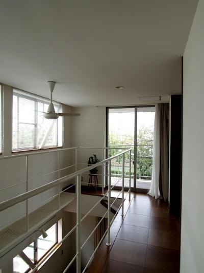 吹き抜けの2階廊下 (緑ヶ丘の家)