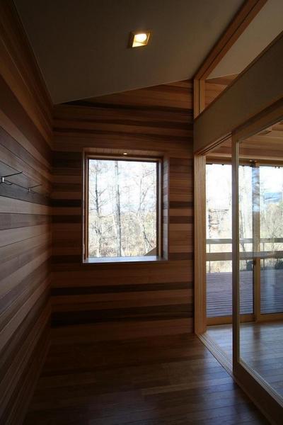 玄関ホールのピクチャーウィンドウ (八ヶ岳山荘)