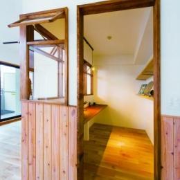 木材でパネリングされた書斎