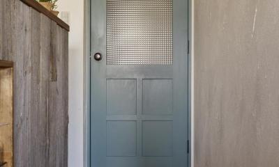 爽やかブルーのチェッカーガラスドア|T邸・好きなものに囲まれて暮らせる家