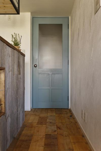 爽やかブルーのチェッカーガラスドア (T邸・好きなものに囲まれて暮らせる家)