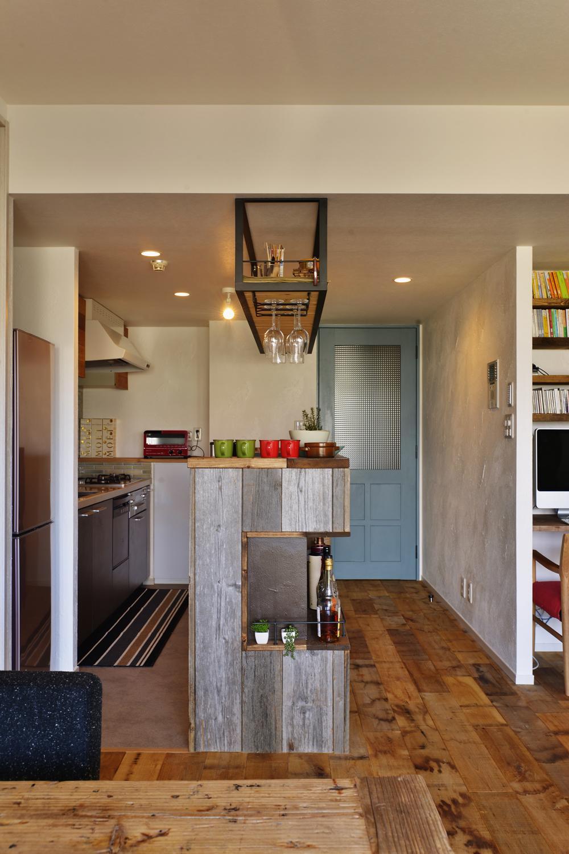 T邸・好きなものに囲まれて暮らせる家の部屋 ダイニングよりキッチンを見る