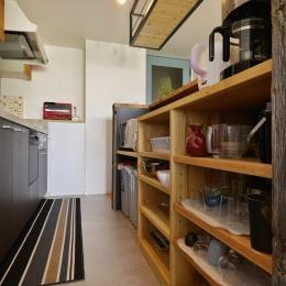 T邸・好きなものに囲まれて暮らせる家 (収納たっぷりのカフェ風キッチン)