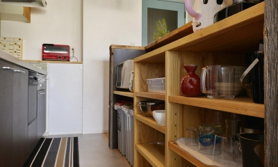 収納たっぷりのカフェ風キッチン|T邸・好きなものに囲まれて暮らせる家