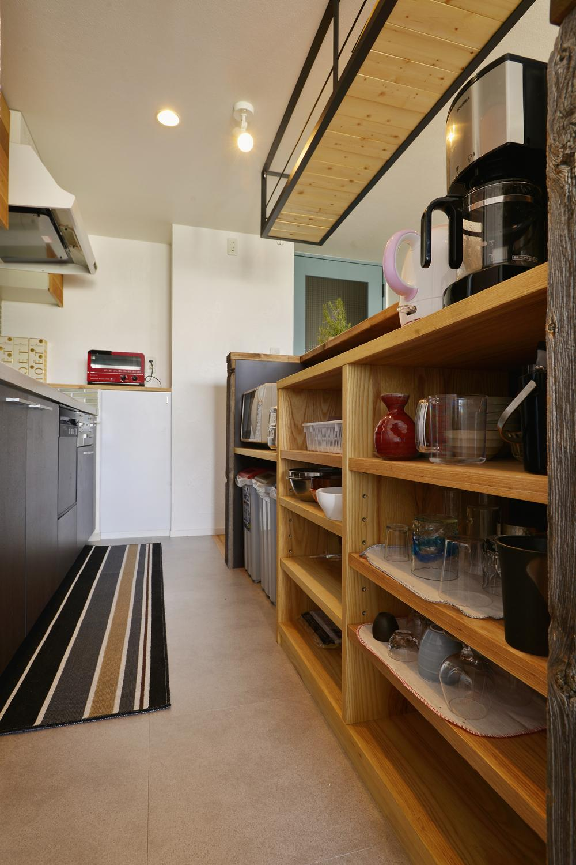 T邸・好きなものに囲まれて暮らせる家の部屋 収納たっぷりのカフェ風キッチン