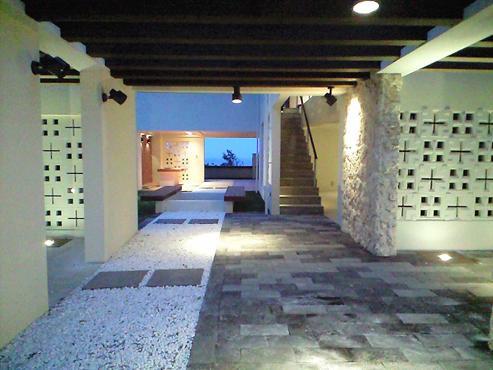 okinawa-kouri 02 沖縄古宇利島の完全貸切リゾートホテル「ONE SUITE」の部屋 リゾート感溢れるエントランス