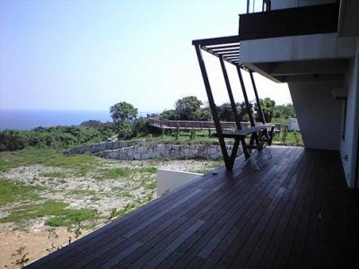 絶景のウッドデッキテラス (okinawa-kouri 02 沖縄古宇利島の完全貸切リゾートホテル「ONE SUITE」)