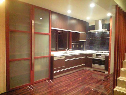 okinawa-kouri 02 沖縄古宇利島の完全貸切リゾートホテル「ONE SUITE」の部屋 木を感じるキッチン